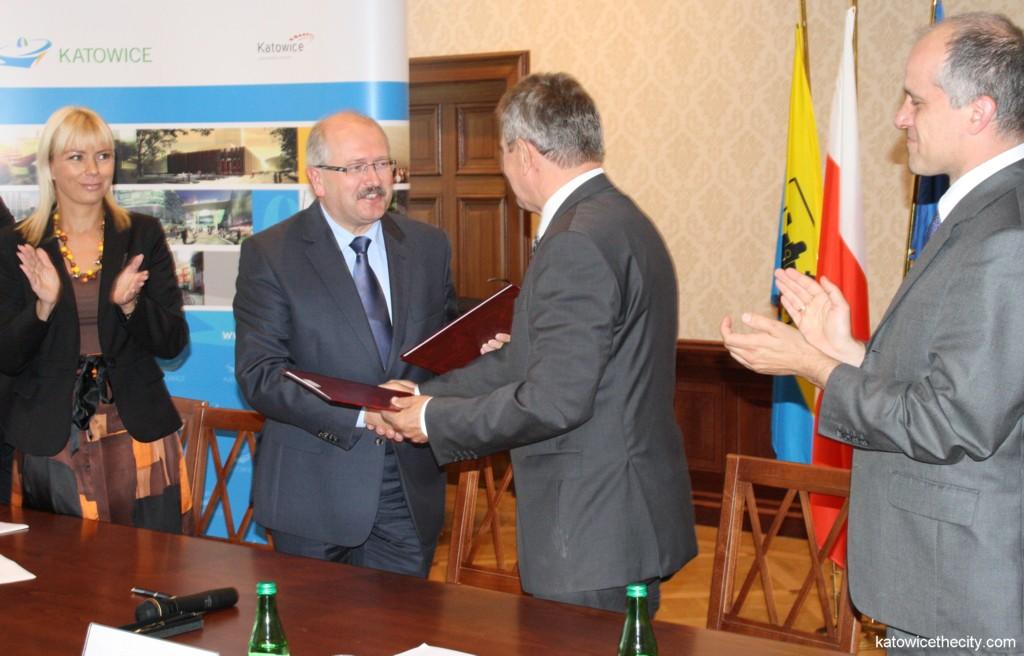 Piotr Uszok, Katowice Mayor and Konrad Jaskóła, President of Polimex-Mostostal S.A. sign the contract