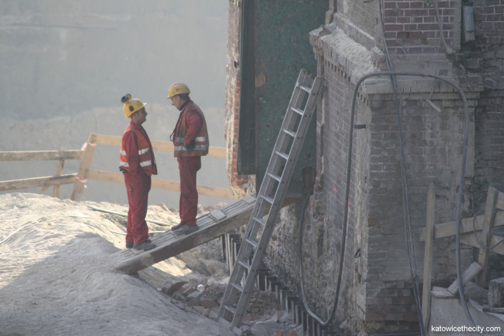 Workers in front of the future restaurant building
