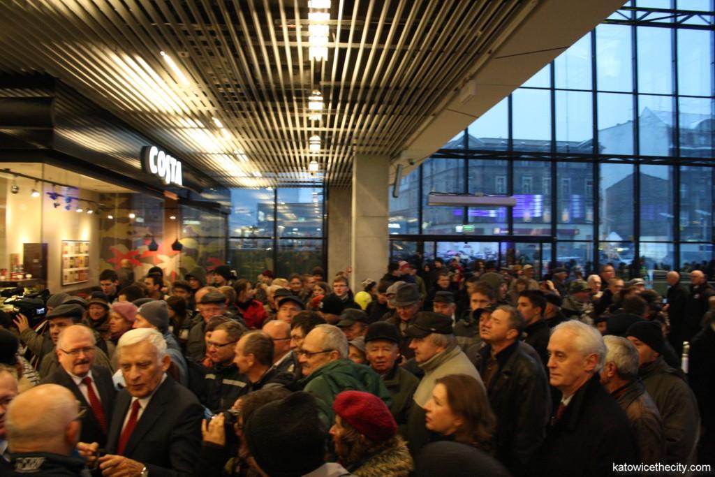 Crowd meets Jerzy Buzek, member of the European Parliament and Piotr Uszok, Katowice mayor (left)